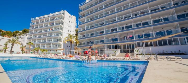 Pool view of the 3* Deya Apartments in Santa Ponsa, Majorca